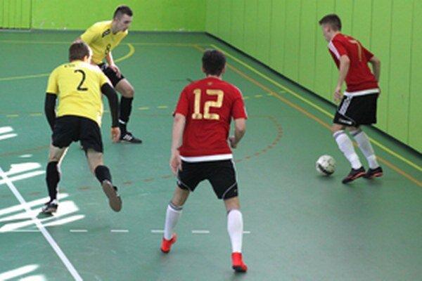 1. FsK Kysucké Nové Mesto (v žltom) si finále nezahrá. Spartak bol nad jeho sily vďaka vyššiemu počtu strelených gólov na súperovom ihrisku.