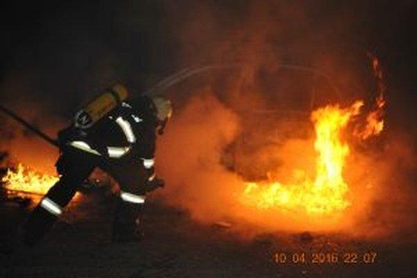 Po príchode hasičov už horel celý interiér auta.