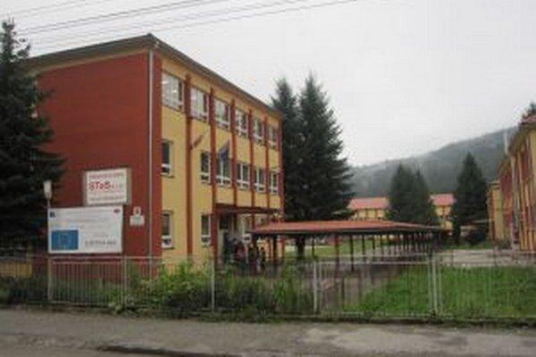 Základná škola na Mládežníckeho ulici v Krásne nad kysucou ostala zatvorená aj dnes.