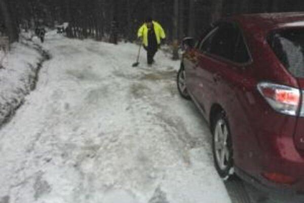 Zapadnutým vozidlám museli pomôcť hasiči.