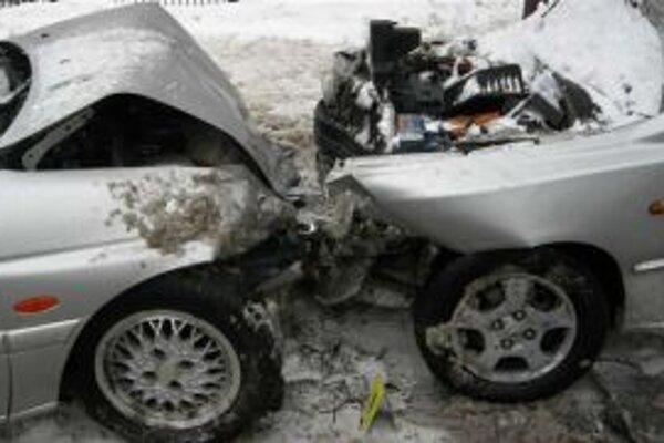 Pri nehode utrpeli vodič vozidla Hyundai i 37-ročná žena predbežne ľahké zranenia.