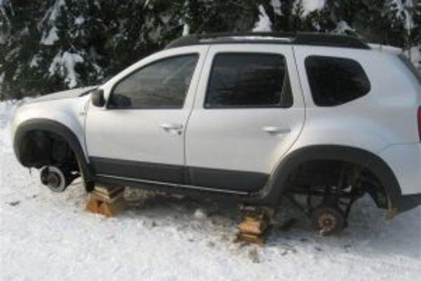 """Po vyčíňaní zlodeja zostalo auto doslova """"vyplienené"""", navyše bez kolies."""