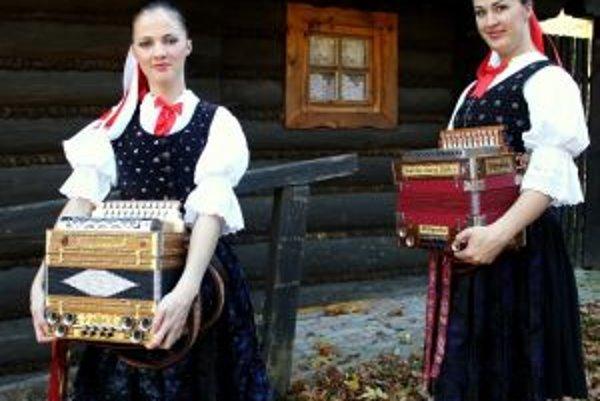 Aj vďaka Evke a Lenke  sa stáva na Kysuciach a najmä v Oščadnici hra na heligónku čoraz populárnejšia.