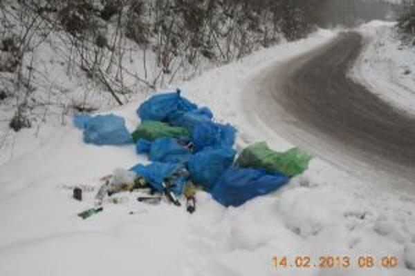 Mestskí policajti objavili na Žarci nelegálnu skládku odpadov.