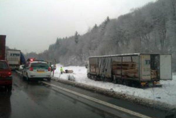 V januári sa  na ceste I/11 v katastri obce Povina zrazili autobus s kamiónom. Škoda sa  vyšplhala na 51-tisíc eur.