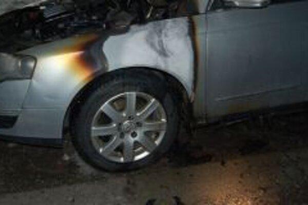 Požiarom vznikla na vozidle predbežná škoda vo výške 5-tisíc eur.