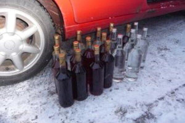 Nelegálny alkohol našli pri bežnej kontrole dopravných prostriedkov za obcou Svrčinovec, vo vozidle Volkswagen Golf