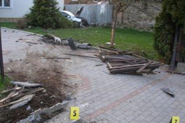 Mladý vodič najskôr zachytil cyklistu a následne skončil v záhrade rodinného domu.