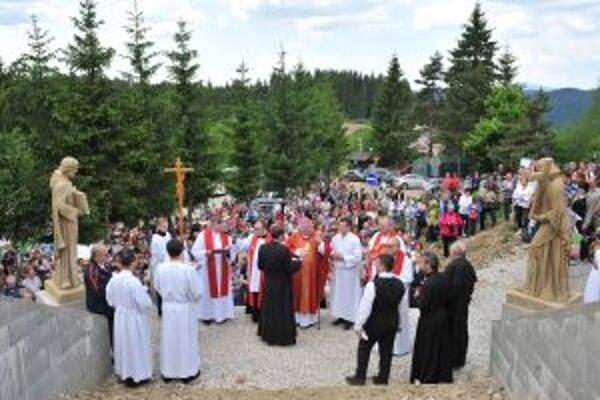 Vlani v júni požehnal sochy  žilinský biskup Tomáš Galis.
