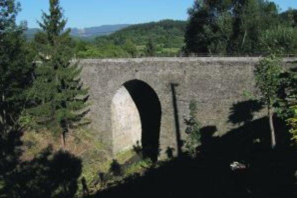 Celokamenný most je najväčším na Slovensku. Postavili ho v rokoch 1825 až 1836 ako súčasť hradskej cesty zo Žiliny k Jablunkovskému priesmyku.
