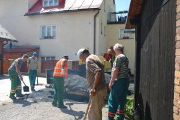 Desaťtisíc eur si vyžiadala výstavba novej asfaltovej cesty v Čadci, časti Podzávoz U Krasňana.