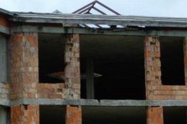 Chátrajúcu školu v Závodí chceli prestavať na byty. Zrejme z toho nič nebude.