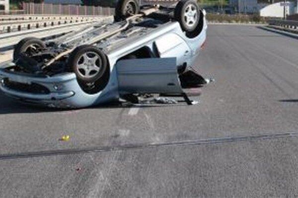 Vozidlo sa prevrátilo na strechu.
