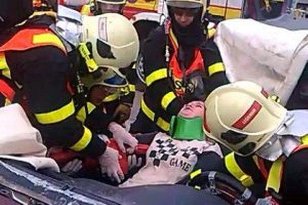 Hrozivo vyzerajúca dopravná nehoda, ktorá sa stala 26. septembra vo Svrčinovci, dopadla napokon šťastne. Bola totiž simulovaná.