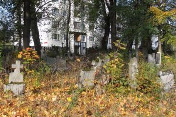 Cez starý cintorín si ľudia krátia cestu k neďalekému obchodnému domu.