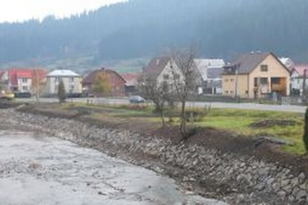 V týchto dňoch pracovníci Slovenského vodohospodárskeho podniku dokončujú v Podvysokej – Nižnom konci reguláciu brehu  rieky Kysuca.