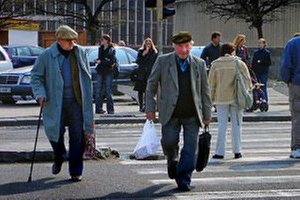 Dôchodcom vyplatia v decembri vianočný príspevok.