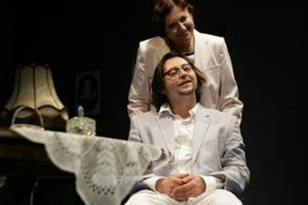 Zuzana Kronerová ako Mary a Lukáš Latinák v úlohe chorého Edmunda v hre Cesta dlhého dňa do noci.
