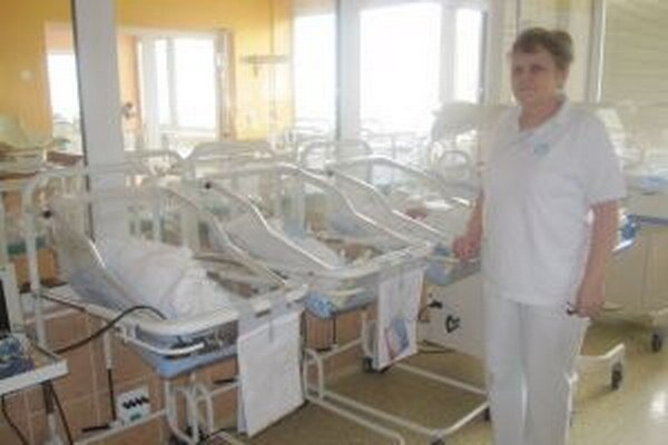 Vedúca sestra novorodeneckého oddelenia Mária Trúchla hovorí, že ich pôrodnicu vyhľadávajú mamičky aj z okolitých regiónov.