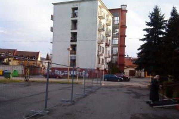 Takto vyzerá parkovisko pred Zariadením pre seniorov na Hviezdoslavovej ulici v Čadci.
