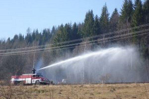 Vypaľovanie tráv je mimoriadne nebezpečné. Hasiči od začiatku roka likvidovali už takmer 30 takýchto požiarov.