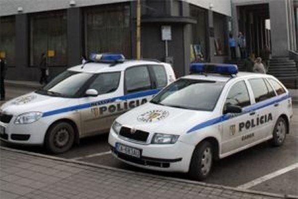 Mestskí policajti po ohlásení poplachu vyrazili k potravinám.