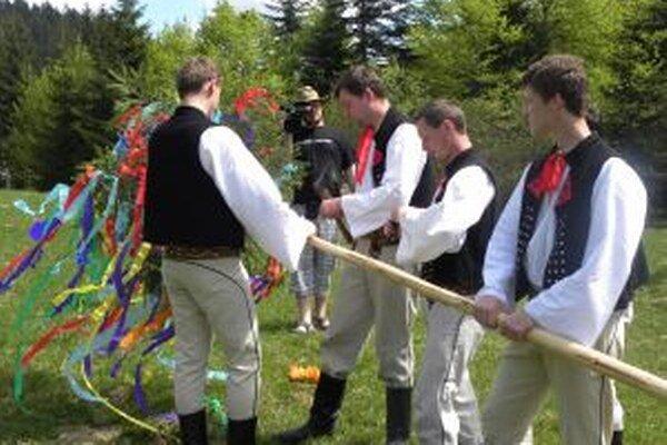 Na stavanie mája nezabudli ani múzejníci.  V kysuckom skanzene bude táto pekná tradícia sprevádzať otvorenie sezóny.