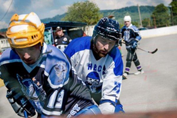 Dvaja najstaršie slúžiaci centri Kysuckej hokejbalovej ligy. Michal Šmelka (Suché dresy) aj Tomáš Urbaník (Čadca Podzávoz) pamätajú začiatky KHL od ihriska na Žarci až po dnes.