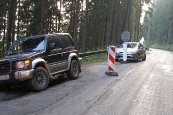 Na ceste došlo k viacerým zosuvom, kritické miesta boli častým úsekom dopravných nehôd.