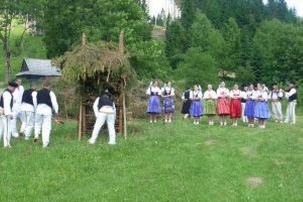 Na Kysuciach má pálenie jánskych ohňov stále svoju tradíciu.