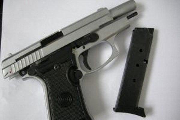 Muž vytiahol spod oblečenia pištoľ striebornej farby, ktorú žene priložil k bruchu so slovami, že ju zabije.