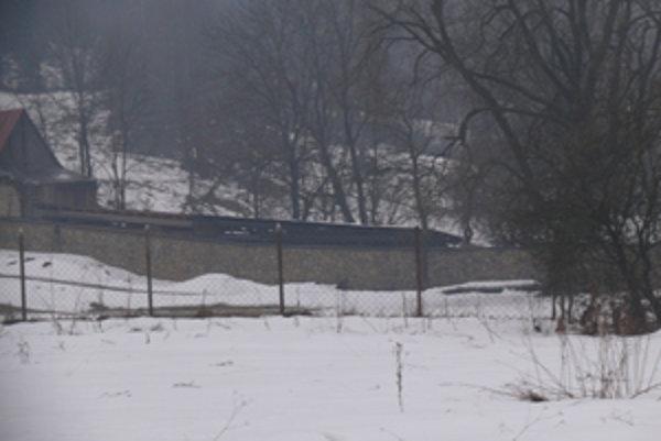 Pľac okolo domu vo Vychylovke je obohnaný vysokým kamenným múrom.