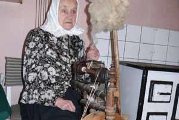 Babka Veronika si prvýkrát sadla ku kolovrátku cez vojnu.