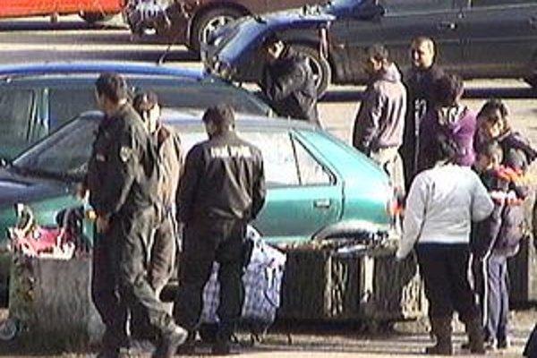 V Turzovke sa nelegálny pouličný predaj snažia zlikvidovať aj s pomocou colníkov.