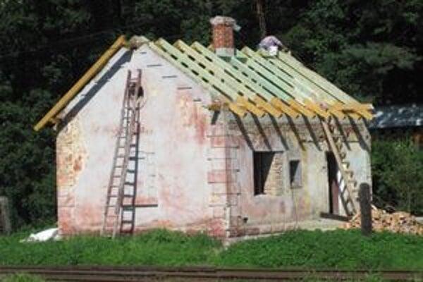 Obec sa pustila do rekonštrukcie rodného domu Jozefa Kronera. Do zimy bol pod strechou.