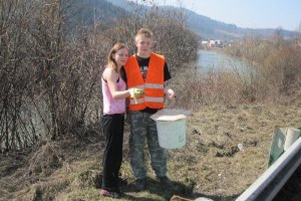 Do záchrany skokanov sa už niekoľko rokov zapájajú aj študenti zo SOŠ drevárskej z Krásna nad Kysucou.