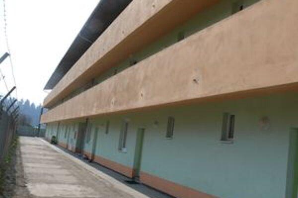 V novej bytovke stojacej na mieste zhorenej ubytovne dnes žije 60 ľudí.