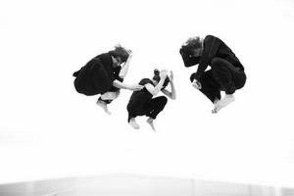 Záber z tanečnej inscenácie Una súboru RootlessRoot Company Jozefa Fručeka a Lindy Kapetaneovej. Je inšpirovaná životom teroristu Theodora Kaczynského a na festivale IETM bude mať svetovú premiéru.