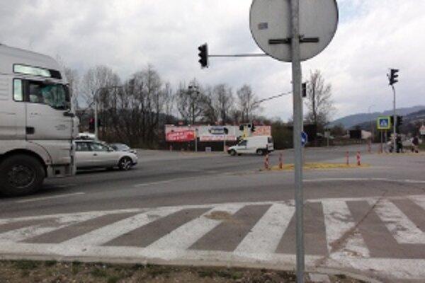 Križovatka by mala zvýšiť bezpečnosť cestnej premávky. Niektorí si myslia, že pomôže až diaľnica.