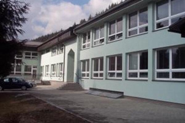 """Základná škola v Korni prešla náročnou rekonštrukciou. Aj keď peniaze na práce mal hradiť štát, """"zatiahla"""" ich obec."""
