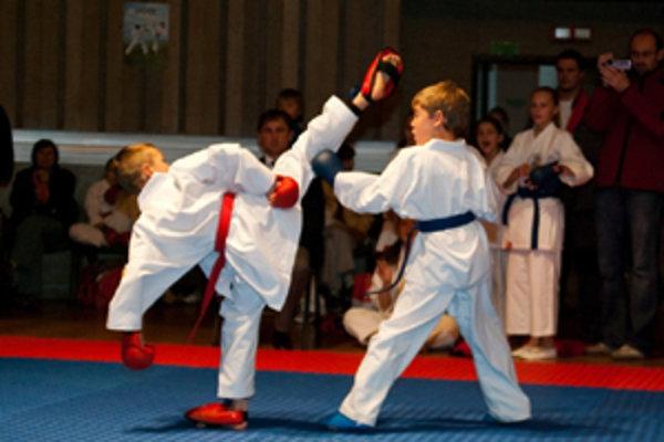 Vľavo Marek Pončka, víťaz 2. kola CEKL v karate.