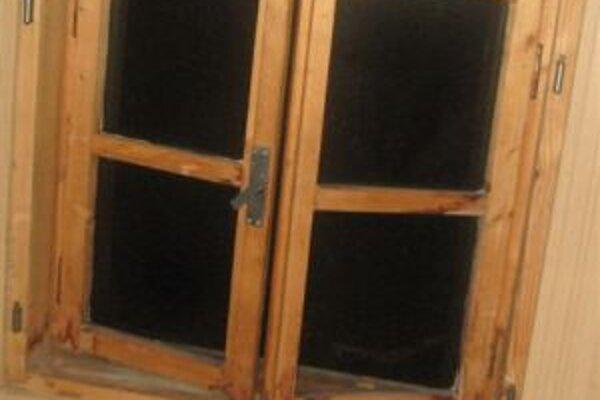 Zlodej sa dostal do chaty cez pootvorené strešné okno.