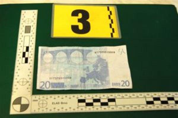 Polícia zaistila počas vyšetrovania aj niekoľko falošných bankoviek.