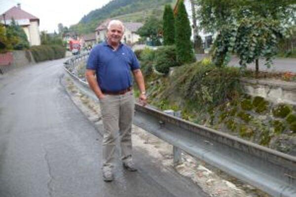 Vlaňajšie povodne narobili v obci škodu za milión eur. Na snímke starosta obce Ján Pokrivka.