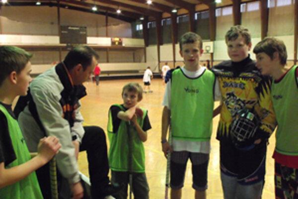 Riaditeľ ZŠ v Zákopčí a tréner miestneho juniorskeho florbalového družstva Peter Bohovič v rozhovore so svojimi zverencami počas prestávky ligového zápasu.
