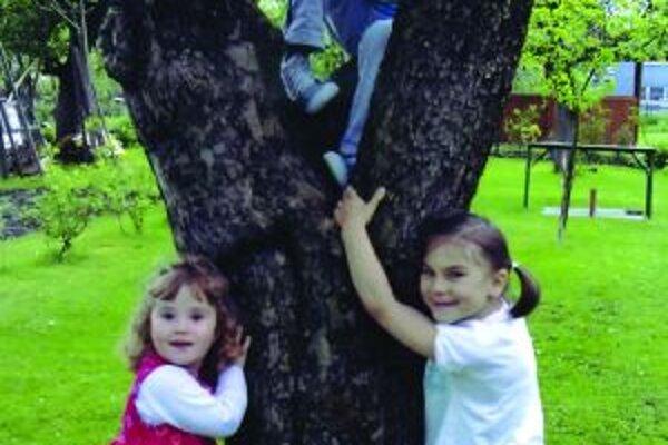 Lydka (vpravo) sa narodila predčasne, postihla ju detská mozgová obrna.