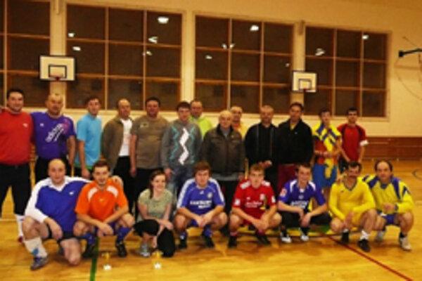 Aktéri futbalového turnaja v Horelici si spoločne zapózovali.