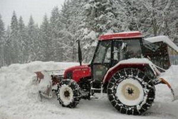 V Klokočove sa pustili do boja s bohatou nádielkou snehu.