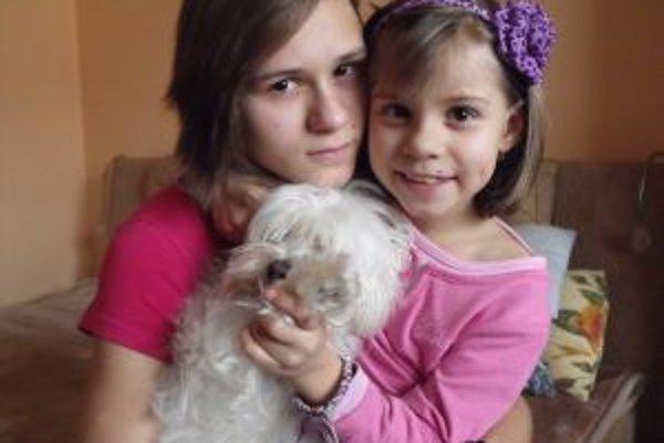Eva Nováková svojej mladšej sestričke vo všetkom pomáha. Do rodiny patrí aj psík Jerry.