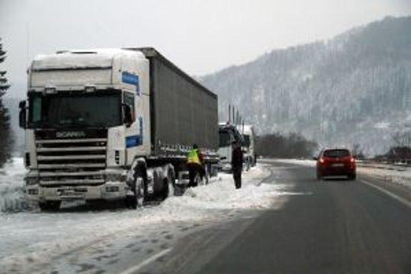 Vodiči kamiónov sa museli obrniť obrovskou trpezlivosťou. Pre uzavreté hraničné priechody stáli na cestách dlhé hodiny.